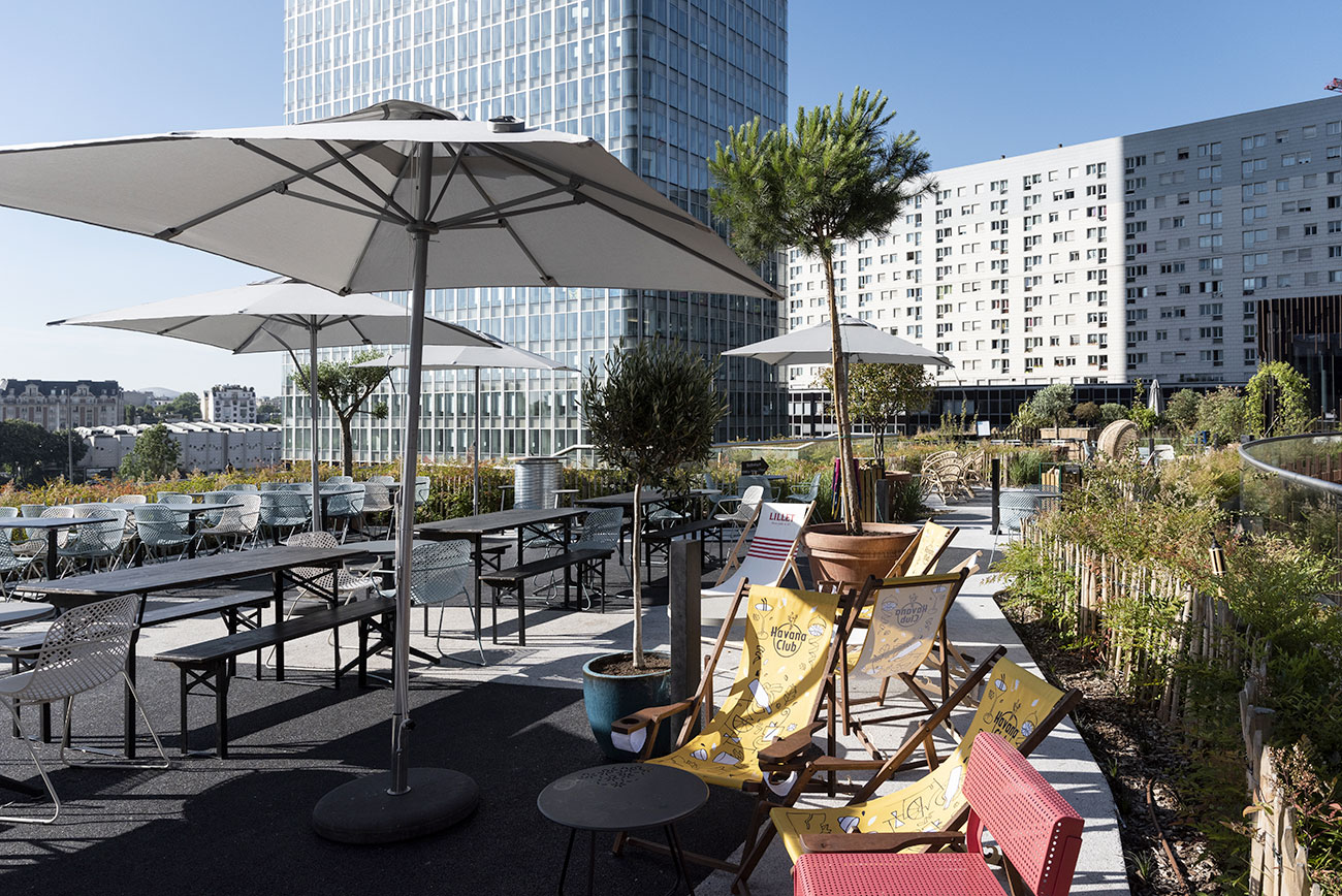 Oxygen - terrasse, tables, chaises longues, immeuble bureaux Tour CB21 Paris La Défense