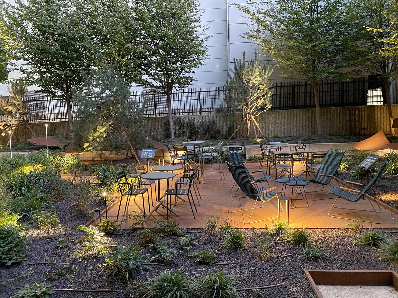 Tonic Garden, espace vert, jardin avec tables et chaises - immeuble bureaux Tour CB21 Paris La Défense